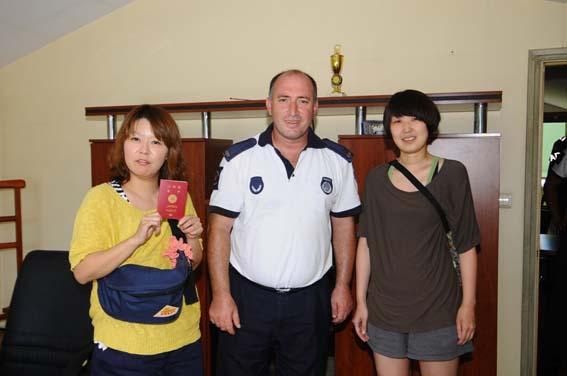 Japon Turistin kaybolan pasaportunu Fatih Belediyesi'nin Gönüllü Turizm Elçileri buldu, turizm zabıtası da kendisine teslim